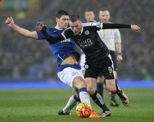 LIVERPOOL, ENGLAND - DECEMBER 19: Jamie Vardy of Leicester City and Gareth Barry of Everton compete for the ball during the Barclays Premier League match between Everton and Leicester City at Goodison Park on December 19, 2015 in Liverpool, England.  (Photo by Nigel Roddis/Getty Images)
