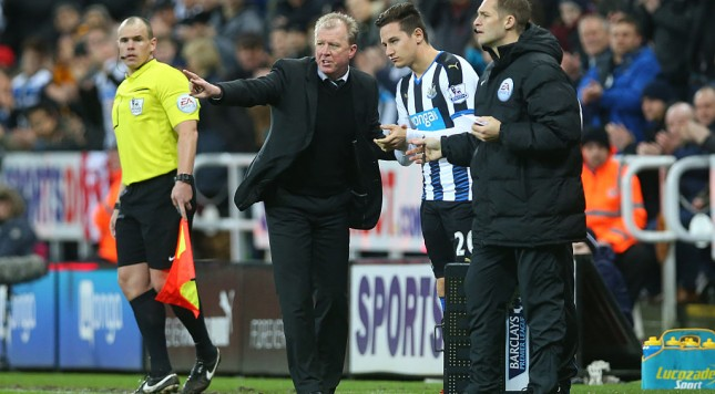 NEWCASTLE, ENGLAND - DECEMBER 26:  Steve McLaren Newcastle unitedâs manager gestures to Florian Thauvin of Newcastle United during the Barclays Premier League match between Newcastle and Everton at St James Park on December 26, 2015 in Newcastle, England. (Photo by Ian MacNicol/Getty images)