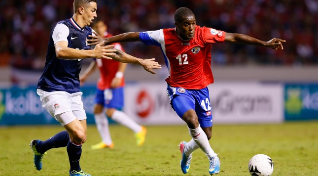 SAN JOSE, COSTA RICA - SEPTEMBER 06:  Joel Campbell #12 against Geoff Cameron #20 of the United States during the FIFA 2014 World Cup Qualifier at Estadio Nacional on September 6, 2013 in San Jose, Costa Rica.  (Photo by Kevin C. Cox/Getty Images)