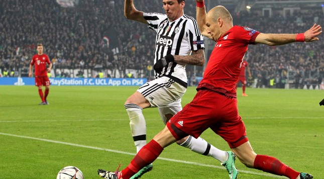 TURIN, ITALY - FEBRUARY 23:  Arjen Robben (R) of FC Bayern Muenchen is challenged by Mario Mandzukic (L) of Juventus FC during the UEFA Champions League Round of 16 first leg match between Juventus and FC Bayern Muenchen at Juventus Arena on February 23, 2016 in Turin, Italy.  (Photo by Marco Luzzani/Getty Images)
