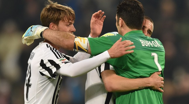 TURIN, ITALY - MARCH 11:  Gianluigi Buffon (R) of Juventus FC celebrates victory and his record of minutes without conceding goals with team mates at the end of the Serie A match between Juventus FC and US Sassuolo Calcio at Juventus Arena on March 11, 2016 in Turin, Italy.  (Photo by Valerio Pennicino/Getty Images)
