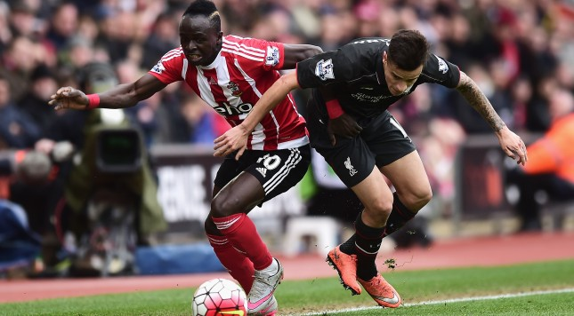 SOUTHAMPTON, ENGLAND - MARCH 20:  Sadio Mane of Southampton and Philippe Coutinho of Liverpool battle for the ball during the Barclays Premier League match between Southampton and Liverpool at St Mary's Stadium on March 20, 2016 in Southampton, United Kingdom.  (Photo by Alex Broadway/Getty Images)