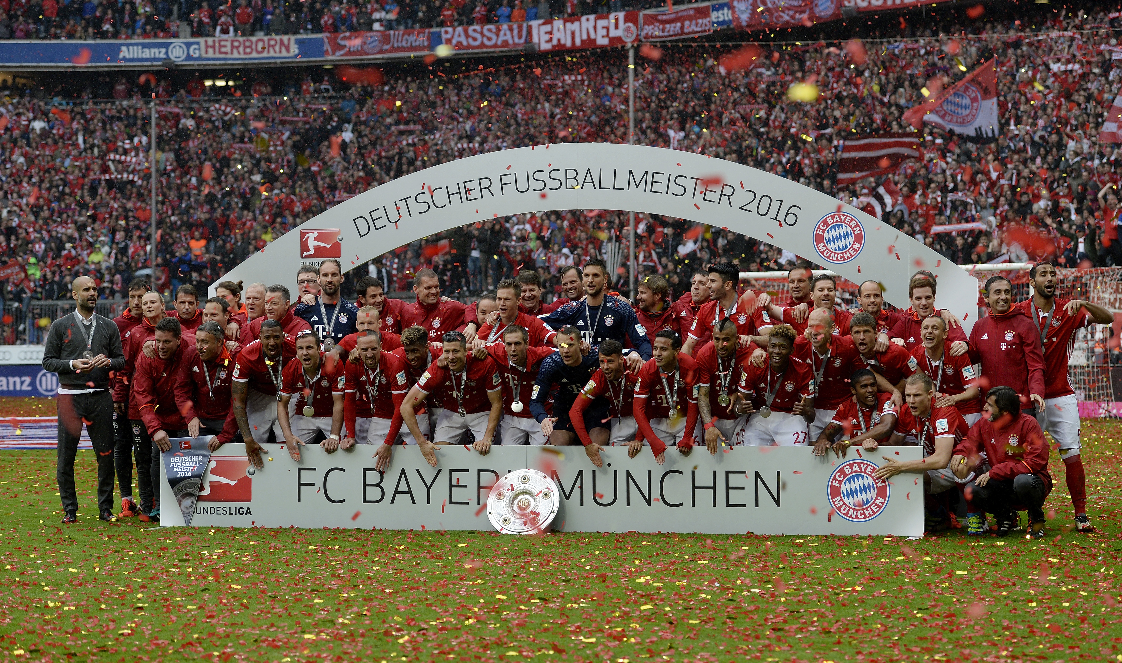 MUNICH, GERMANY - MAY 14: The players of FC Bayern Muenchen celebrate with the Meisterschale after the Bundesliga match between FC Bayern Muenchen and Hannover 96 at Allianz Arena on May 14, 2016 in Munich, Germany. (Photo by Daniel Kopatsch/Getty Images For MAN)