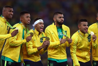 RIO DE JANEIRO, BRAZIL - AUGUST 20:  Neymar (C) of Brazil celebrates with team mates after the Men's Football Final between Brazil and Germany at the Maracana Stadium on Day 15 of the Rio 2016 Olympic Games on August 20, 2016 in Rio de Janeiro, Brazil.  (Photo by Paul Gilham/Getty Images)