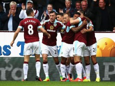 BURNLEY, ENGLAND - AUGUST 20: Sam Vokes of Burnley celebrates scoring his sides first goal with his Burnley team mates during the Premier League match between Burnley and Liverpool at Turf Moor on August 20, 2016 in Burnley, England.  (Photo by Jan Kruger/Getty Images)