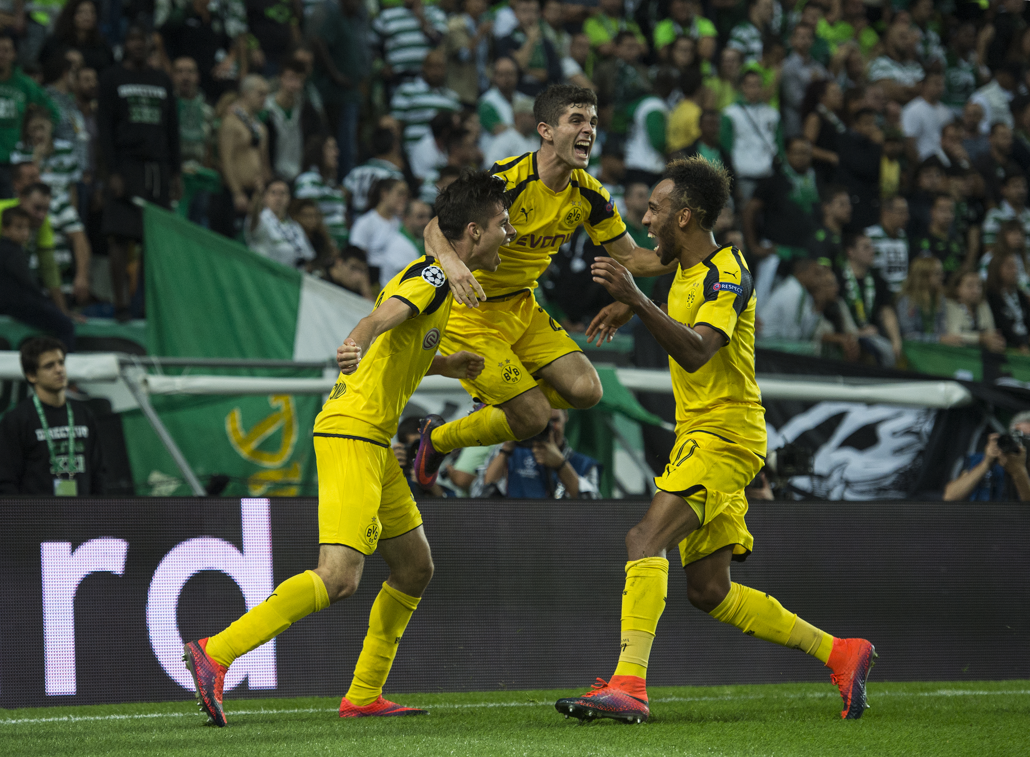 LISBON, PORTUGAL - OCTOBER 18: Julian Weigl (L) of Borussia Dortmund celebrates with teammates after scores a goal against SC Sporting during the UEFA Champions League match between SC Sporting and Borussia Dortmund at Estadio Jose Alvalade on October 18, 2016 in Lisbon, Lisboa. (Photo by Octavio Passos/Getty Images)