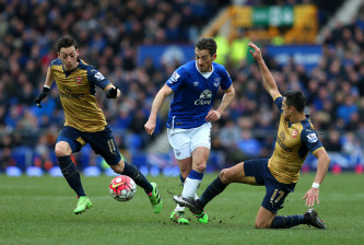 LIVERPOOL, ENGLAND - MARCH 19: Leighton Baines (C) of Everton competes for the ball against Mesut Ozil (L) and Alexis Sanchez (R) of Arsenal during the Barclays Premier League match between Everton and Arsenal at Goodison Park on March 19, 2016 in Liverpool, England.  (Photo by Chris Brunskill/Getty Images)