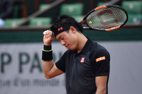 Japan's Kei Nishikori reacts after losing his men's fourth round match against France's Richard Gasquet at the Roland Garros 2016 French Tennis Open in Paris on May 29, 2016. / AFP PHOTO / PHILIPPE LOPEZ