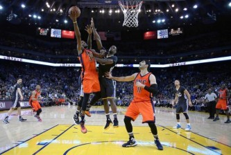 Feb 6, 2016; Oakland, CA, USA; Oklahoma City Thunder forward Kevin Durant (35) shoots the ball in front of Golden State Warriors forward Harrison Barnes (40) in the fourth quarter at Oracle Arena. Mandatory Credit: Cary Edmondson-USA TODAY Sports