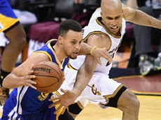 CLEVELAND, OH - JUNE 10: Stephen Curry #30 of the Golden State Warriors handles the ball against Richard Jefferson #24 of the Cleveland Cavaliers during the second half in Game 4 of the 2016 NBA Finals at Quicken Loans Arena on June 10, 2016 in Cleveland, Ohio. (Photo by Jason Miller/Getty Images)