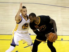 OAKLAND, CA - JUNE 19:  Stephen Curry #30 of the Golden State Warriors defends LeBron James #23 of the Cleveland Cavaliers in Game 7 of the 2016 NBA Finals at ORACLE Arena on June 19, 2016 in Oakland, California. (Photo by Ronald Martinez/Getty Images)