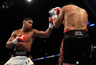 MANCHESTER, ENGLAND - DECEMBER 10:  Anthony Joshua (L) of London in action against Eric Molina of the United States during their IBF World Heavyweight Championship fight at Manchester Arena on December 10, 2016 in Manchester, England.  (Photo by Richard Heathcote/Getty Images)