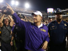 BATON ROUGE, LA - NOVEMBER 28:  Head coach Les Miles of the LSU Tigers celebrates after defeating the Texas A&M Aggies 19-7 at Tiger Stadium on November 28, 2015 in Baton Rouge, Louisiana.  (Photo by Chris Graythen/Getty Images)