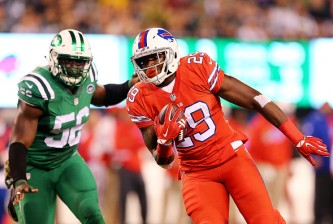 EAST RUTHERFORD, NJ - NOVEMBER 12:  Karlos Williams #29 of the Buffalo Bills avoids Demario Davis #56 of the New York Jets to score a third quarter touchdown at MetLife Stadium on November 12, 2015 in East Rutherford, New Jersey.  (Photo by Elsa/Getty Images)