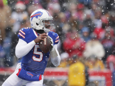 ORCHARD PARK, NY - DECEMBER 11:  Tyrod Taylor #5 of the Buffalo Bills looks to throw against the Pittsburgh Steelers during the first half at New Era Field on December 11, 2016 in Orchard Park, New York.  (Photo by Brett Carlsen/Getty Images)