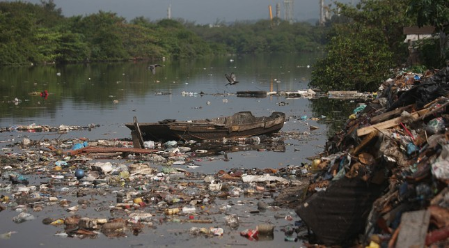 RIO DE JANEIRO, BRAZIL - JULY 29:  Garbage floats in the polluted Cunha canal which flows into the notoriously polluted Guanabara Bay, site of sailing events for the Rio 2016 Olympic Games, on July 29, 2015 in Rio de Janeiro, Brazil. The Rio government promised to clean 80 percent of pollution and waste from the bay in time for the games but admits that goal now is unlikely to be reached.  August 5 marks the one-year mark to the start of the Rio 2016 Olympic Games.  (Photo by Mario Tama/Getty Images)