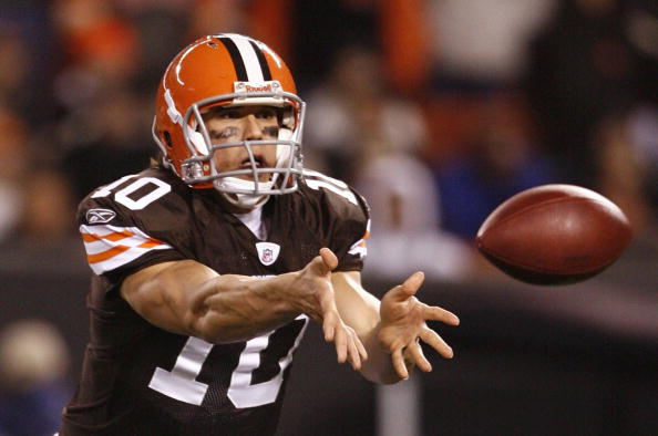 CLEVELAND - NOVEMBER 16: Quarterback Brady Quinn #10 of the Cleveland Browns pitches the ball in the second quarter against the Baltimore Ravens at Cleveland Browns Stadium on November 16, 2009 in Cleveland, Ohio.  (Photo by Matt Sullivan/Getty Images)