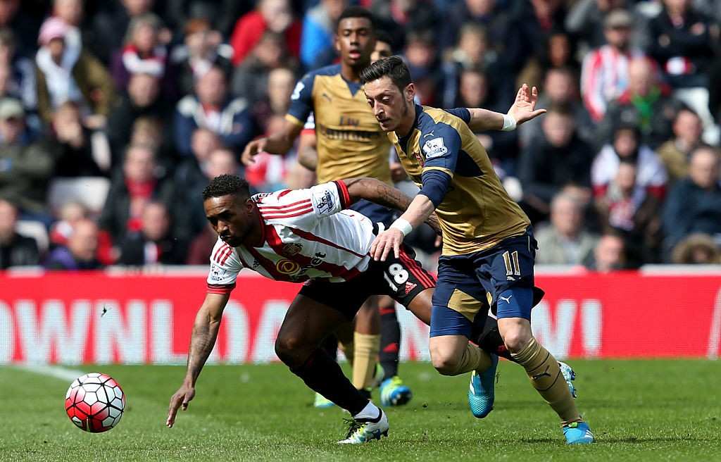 SUNDERLAND, ENGLAND - APRIL 24:  Mesut Ozil of Arsenal and Jermain Defoe of Sunderland battle for the ball during the Barclays Premier League match between Sunderland and Arsenal at the Stadium of Light on April 24, 2016 in Sunderland, United Kingdom.  (Photo by Jan Kruger/Getty Images)
