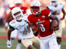 LOUISVILLE, KY - SEPTEMBER 01: Lamar Jackson #8 of the Louisville Cardinals runs the ball during the game against the Charlotte 49ers at Papa John's Cardinal Stadium on September 1, 2016 in Louisville, Kentucky. Louisville defeated Charlotte 70-14. (Photo by Michael Hickey/Getty Images)