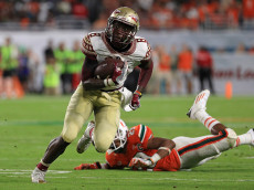 MIAMI GARDENS, FL - OCTOBER 08:  Kermit Whitfield #8 of the Florida State Seminoles riushes for a touchdown during a game against the Miami Hurricanes at Hard Rock Stadium on October 8, 2016 in Miami Gardens, Florida.  (Photo by Mike Ehrmann/Getty Images)