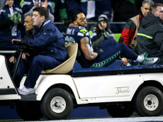 SEATTLE, WA - DECEMBER 04:  Free safety Earl Thomas #29 of the Seattle Seahawks leaves the field after getting injured against the Carolina Panthers at CenturyLink Field on December 4, 2016 in Seattle, Washington.  (Photo by Jonathan Ferrey/Getty Images)