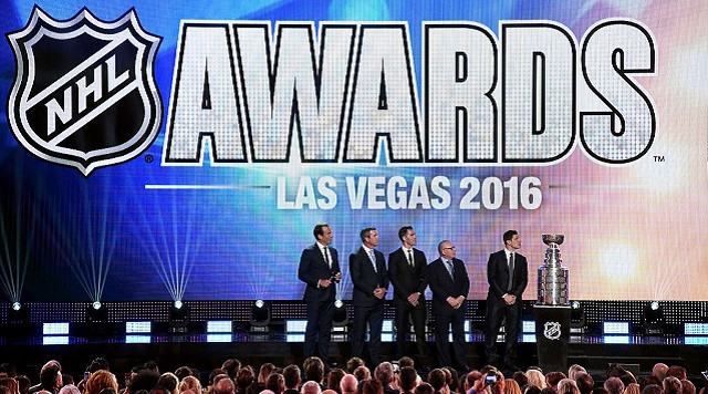 LAS VEGAS, NV - JUNE 22: (L-R) Host Will Arnett speaks with head coach Mike Sullivan, Pascal Dupuis, general manager Jim Rutherford and Sidney Crosby of the Pittsburgh Penguins during the 2016 NHL Awards at The Joint inside the Hard Rock Hotel & Casino on June 22, 2016 in Las Vegas, Nevada. (Photo by Ethan Miller/Getty Images)