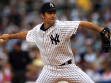 Mike Mussina #35 of the New York Yankees pitches to the New York Mets at Yankee Stadium on June 30, 2006 in Bronx, New York. (Photo by Chris Trotman/Getty Images)