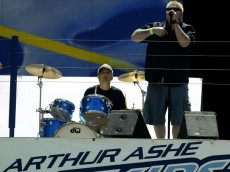 FLUSHING MEADOWS, NY - AUGUST 23:  Smash Mouth singer Steve Harwell performs during the Arthur Ashe Kids' Day at the USTA National Tennis Center on August 23, 2003 in Flushing Meadows, New York.  (Photo by Ronald Martinez/Getty Images)