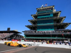INDIANAPOLIS, IN - MAY 25:  Ryan Hunter-Reay, driver of the #28 Andretti Autosport DHL Honda, races ahead of Helio Castro-Neves, driver of the #3 Penzoil Ultra Platinum Penske, during the Indianapolis 500 Mile Race at Indianapolis Motorspeedway on May 25, 2014 in Indianapolis, Indiana.  (Photo by Jamie Squire/Getty Images)