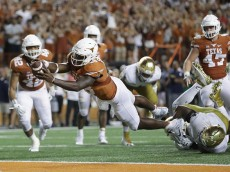 AUSTIN, TX - SEPTEMBER 04:  Tyrone Swoopes #18 of the Texas Longhorns dives in for the game winning touchdown in the second overtime against the Notre Dame Fighting Irish at Darrell K Royal-Texas Memorial Stadium on September 4, 2016 in Austin, Texas.  (Photo by Ronald Martinez/Getty Images)