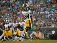 PHILADELPHIA, PA - SEPTEMBER 25:  Antonio Brown #84 of the Pittsburgh Steelers makes a reception against the Philadelphia Eagles in the third quarter at Lincoln Financial Field on September 25, 2016 in Philadelphia, Pennsylvania.  (Photo by Alex Goodlett/Getty Images)