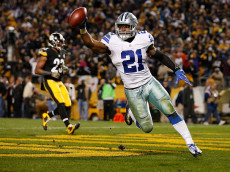 PITTSBURGH, PA - NOVEMBER 13:  Ezekiel Elliott #21 of the Dallas Cowboys celebrates his 32-yard rushing touchdown in the fourth quarter during the game against the Pittsburgh Steelers at Heinz Field on November 13, 2016 in Pittsburgh, Pennsylvania. (Photo by Justin K. Aller/Getty Images)