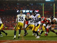 KANSAS CITY, MP - JANUARY 15: Quarterback Ben Roethlisberger #7 of the Pittsburgh Steelers hands the ball off to running back Le'Veon Bell #26 of the Pittsburgh Steelers during the fourth quarter against the Kansas City Chiefs  in the AFC Divisional Playoff game at Arrowhead Stadium on January 15, 2017 in Kansas City, Missouri.  (Photo by Dilip Vishwanat/Getty Images)
