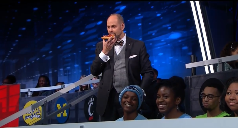 Ernie Johnson eating pizza on set didn't go over well with many Twitter users.