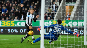 NEWCASTLE UPON TYNE, ENGLAND - DECEMBER 30:  Dwight Gayle of Newcastle scores the third Newcastle goal  during the Sky Bet Championship match between Newcastle United and Nottingham Forest at St James' Park on December 30, 2016 in Newcastle upon Tyne, England.  (Photo by Stu Forster/Getty Images)