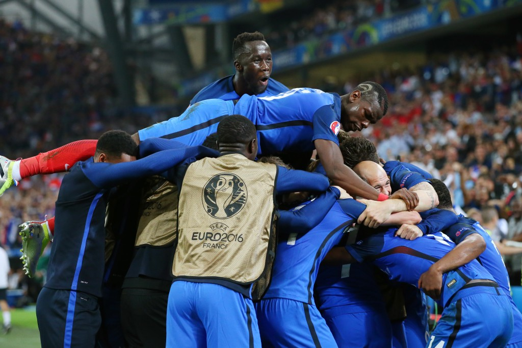 MARSEILLE, FRANCE - JUNE 15:  The France squad celebrate with Dimitri Payet of France after he scored his sides second goal during the UEFA EURO 2016 Group A match between France and Albania at Stade Velodrome on June 15, 2016 in Marseille, France.  (Photo by Alex Livesey/Getty Images)