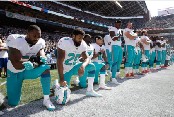 arian-foster-dolphins-kneeling
