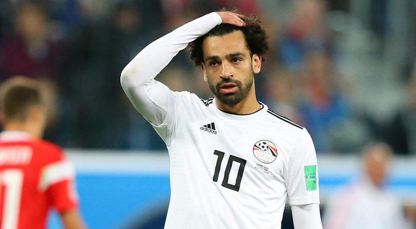 sale retailer 191b2 aecf6 Mohamed Salah greets fans, signs autographs after someone ...