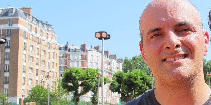 Tennis writer Tom Perrotta in 2015 near Roland Garros in Paris. (Photo by Carl Bialik.)