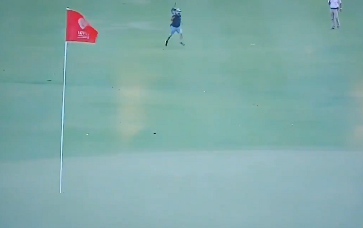 Let's appreciate this cameraman sprinting across a fairway to get into position